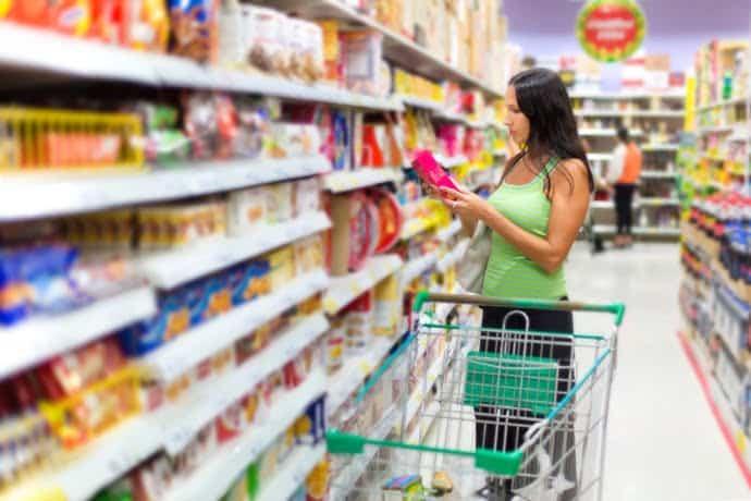 Femme faisant ses courses dans une supermarché