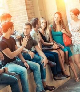 grupo de alumnos conversando